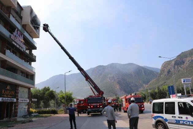 5. katta çıkan yangından alt kata sarkarak kurtuldu