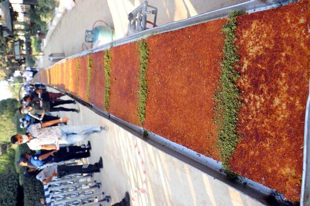 Ustalar ocak başına geçti! 82 metrelik künefeyle kutlama