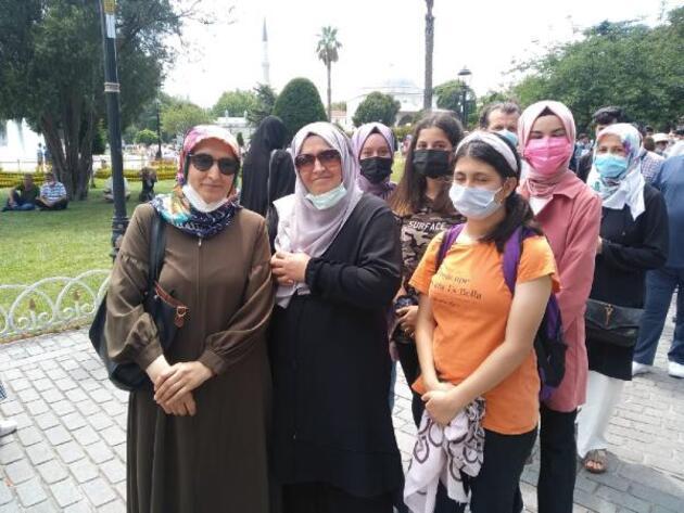 İbadete açılmasının birinci yıldönümünde Ayasofya Camii'ne ziyaretçi kuyruğu