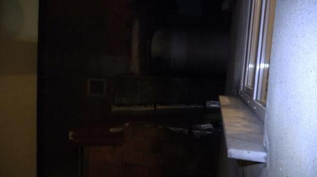 Pencerede mahsur kalan hırsız, bina sakinlerinden yardım istedi