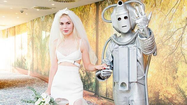 Aleyna Tilki yeni şarkısının klibinde rol alan robotla evlendi