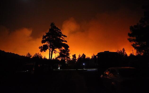 Milas'ta başlayıp Bodrum'a sıçrayan orman yangını yerleşim yerlerini tehdit ediyor
