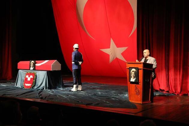 Devlet Sanatçısı Nedret Güvenç için Muhsin Ertuğrul Sahnesi'nde tören