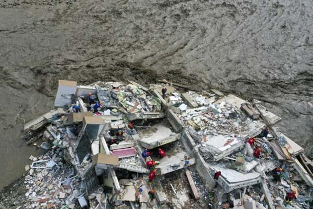 Sel nedeniyle yıkılan apartmanda arama kurtarma çalışması yapılıyor