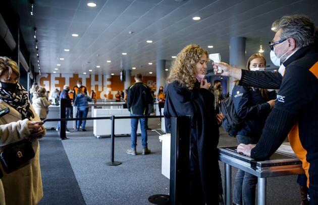Hollanda, COVID-19 tedbirlerini tamamen kaldırmaya hazırlanıyor