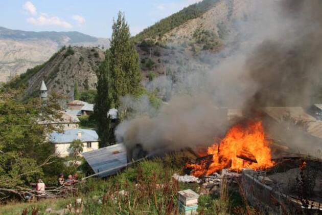 Mahallede korkutan yangın; 6 ev alevlere teslim