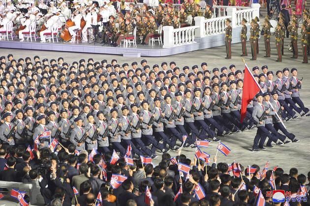 Kuzey Kore lideri Kim Jong-un'dan gövde gösterisi: Kim'in zayıflığı törenin önüne geçti