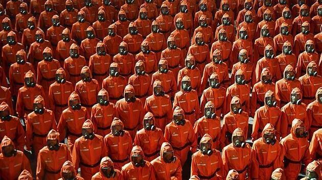 Kuzey Kore'de dikkat çeken görüntü... Gaz maskeli askerler yürüyüş yaptı