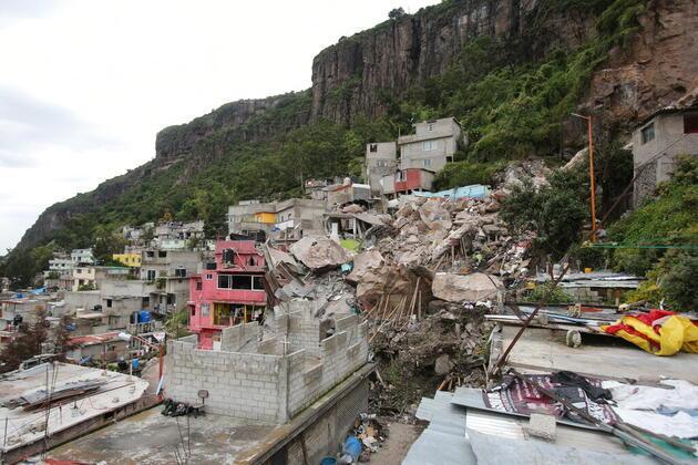 Meksika'da kayalar evlerin üzerine düştü: Ölü ve kayıplar var