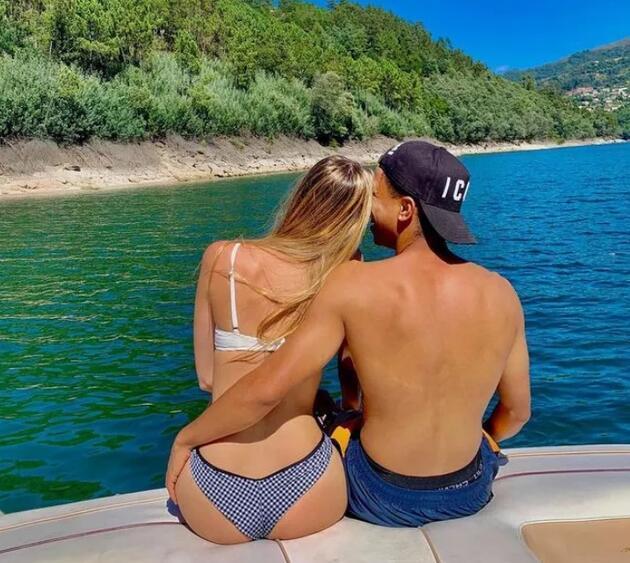 Assunçao'nun sevgilisi Instagram'ı salladı