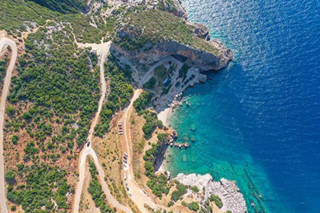 Akdenizin 'gizli cenneti' Karamağara Koyu tatilcilerin akınına uğruyor