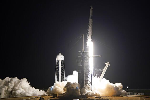 Tarihi an: Dört yolcunun üç gün sürecek uzay yolculuğu başladı
