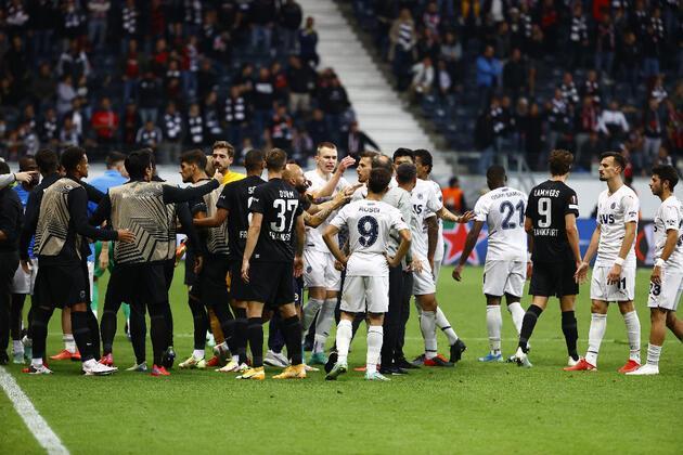 Son dakika... Frankfurt-Fenerbahçe maçında saha karıştı!