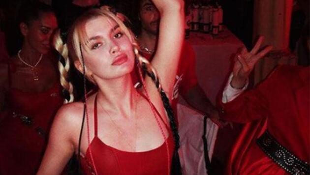 Aleyna Tilki cesur kıyafetiyle, kırmızı konseptli partiye damga vurdu