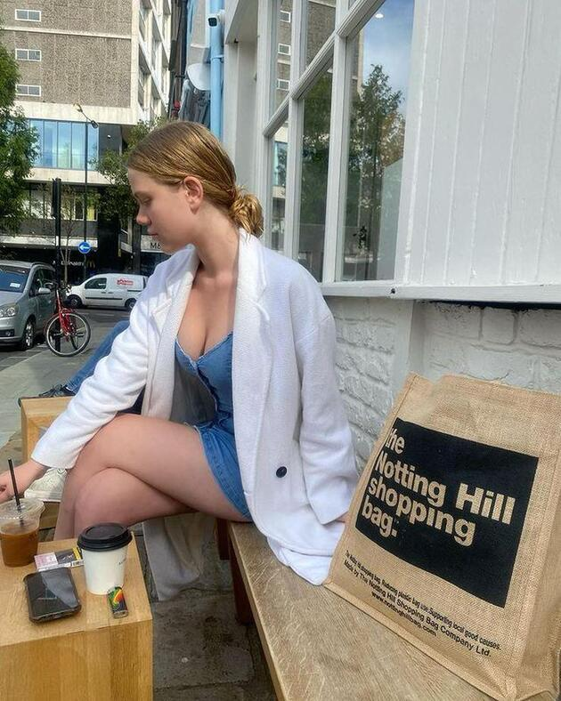 Serel Yereli mini kot elbisesiyle kahve pozu verdi