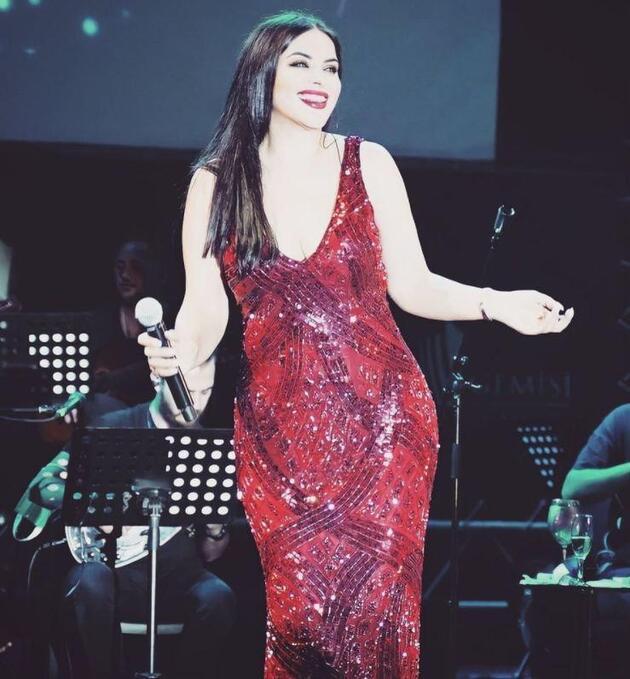 Zara, kırmızı elbisesiyle beğeni topladı