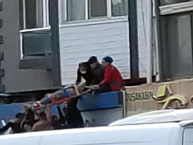 Altıncı kat balkonundan düşen genç kız ağır yaralandı