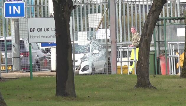 İngiltere'de tedarik krizi sonrası silahlı kuvvetler personeli, benzin istasyonlarına akaryakıt taşımaya başladı