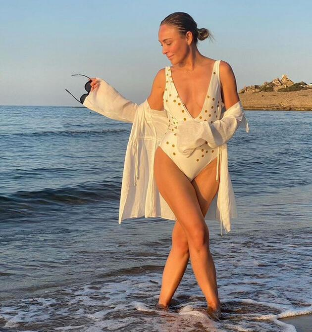 Ziynet Sali'den beyaz mayosuyla plaj pozları!