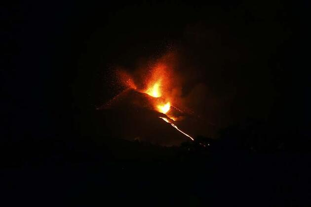 Cumbre Vieja yanardağından yükselen duman ve kül uzaydan görüntülendi