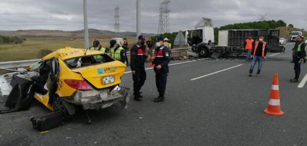 Çatalca Kuzey Marmara Otoyolu'nda taksiyle kamyonet kafa kafaya çarpıştı; 1 ölü 2 ağır yaralı