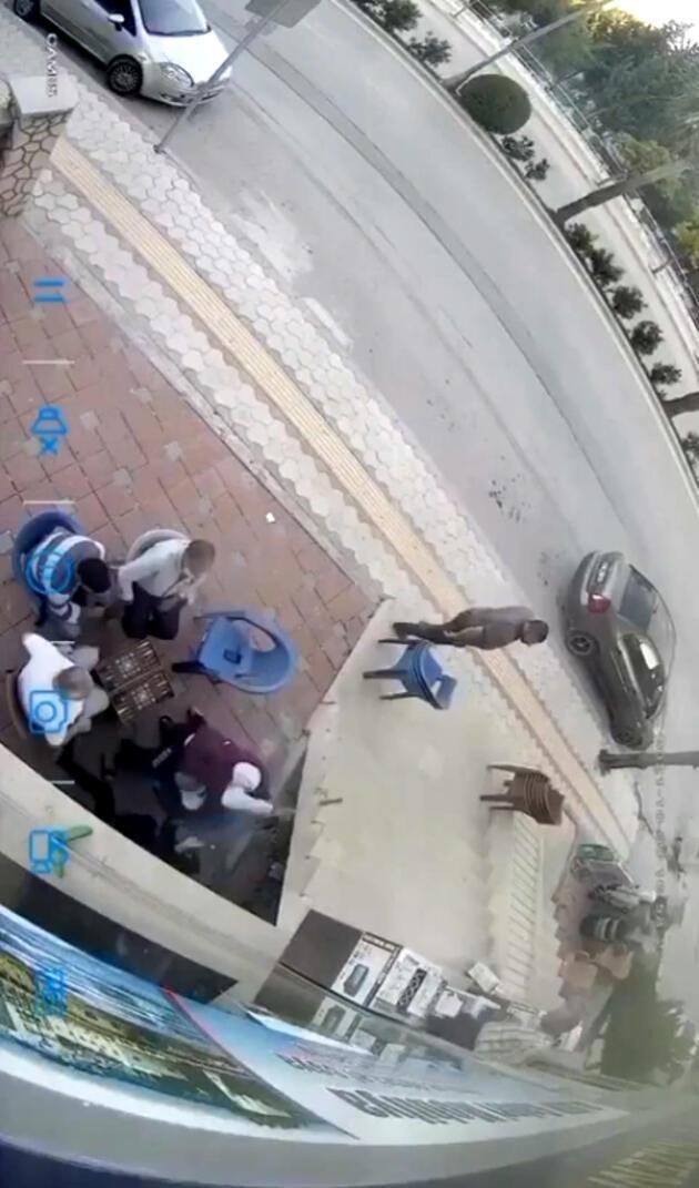 Satırlı saldırgandan kaçan kadın yanlarına sığındı, onlar tavla oynamaya devam etti!