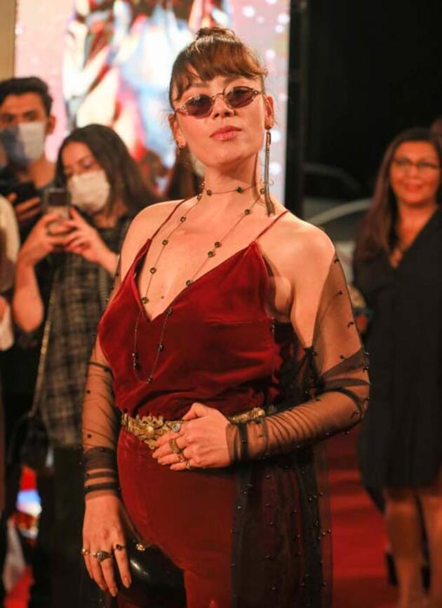 Ünlü oyuncu Altın Portakal'a annesinin diktiği kıyafetle geldi