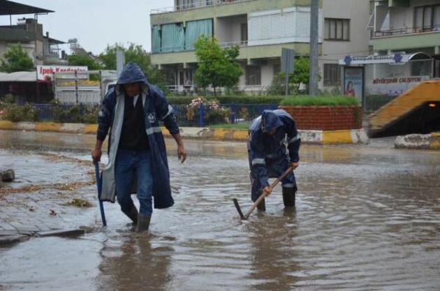 Aydın'da fırtınanın bilançosu; 7 yaralı, 15 iş yeri ile 17 araçta hasar