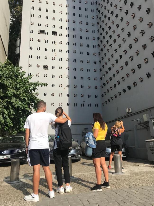 Kadın cinayetlerine dikkat çekmek için duvarda 440 çift ayakkabı