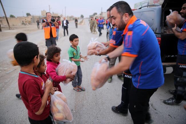 Tel Halaf'ta Mehmetçik çocuklar ile buluştu
