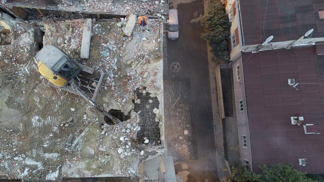 Önce taban sonra duvar yıkılıyor! Küçükçekmece'de ilginç yıkım