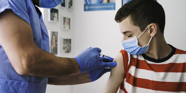 Aşılama kaç yaşa indi? 12 yaş ve 15 yaş üstü koronavirüs aşısı olabilecek mi? İşte yeni karar!