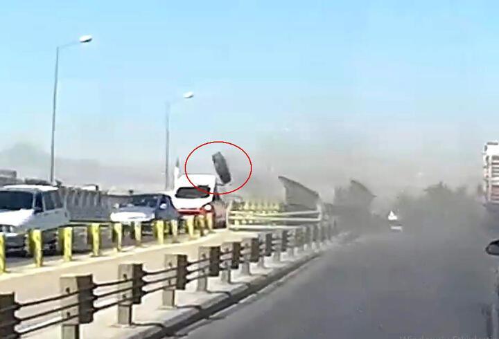 Seyir halindeki araçların üzerine kamyon tekerliği fırladı
