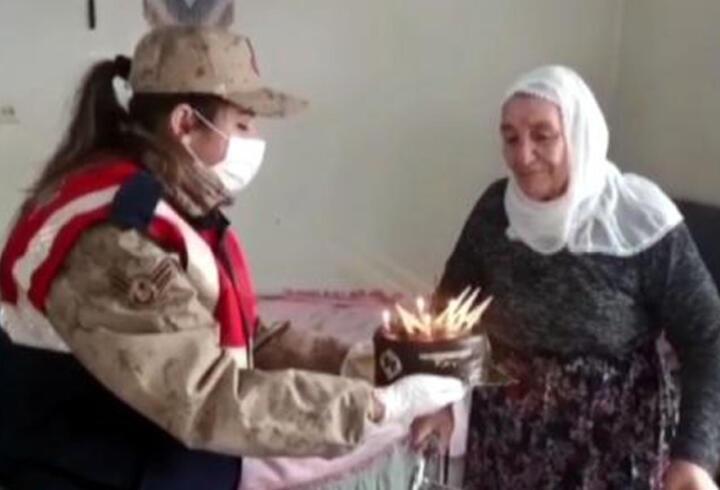 Jandarma, yaşlı kadının doğum gününü kutladı