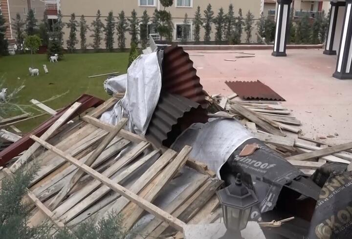 Kırıkkale'de fırtına nedeniyle çatılar uçtu, ağaçlar devrildi
