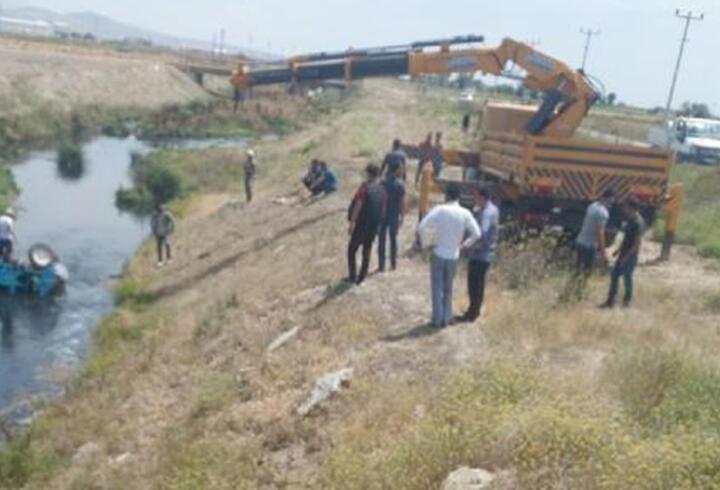 Tarım aracı 'patpat' sulama kanalına devrildi