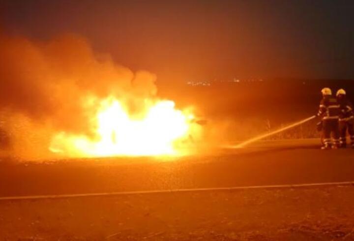 Hareket halindeyken alev alan otomobil yandı