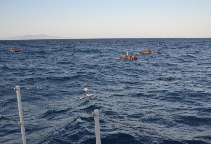 Foça açıklarında 74 kaçak göçmen kurtarıldı