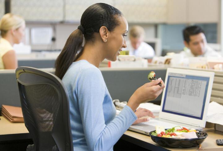 Masa başı çalışanlara 10 altın beslenme önerisi