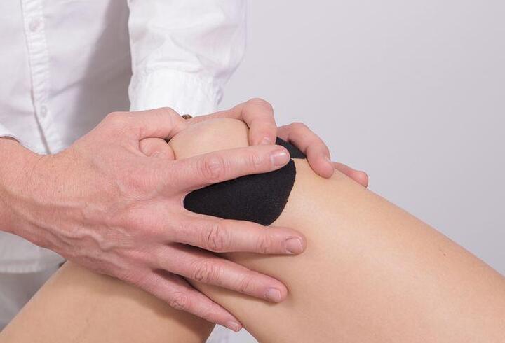 Diz ağrılarını azaltmak için enjeksiyon tedavisi yöntemleri