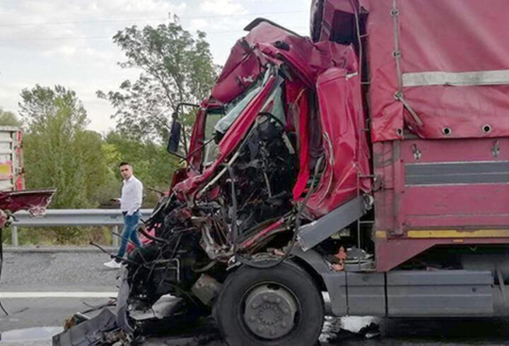 TIR'a çarpan kamyonun şoförü öldü