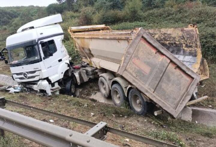Kemerburgaz'da kaza yapan hafriyat kamyonu şoförü yaralandı