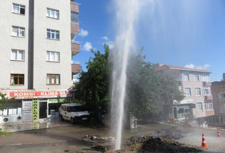 Ataşehir'de boru patladı, sular metrelerce yükseldi