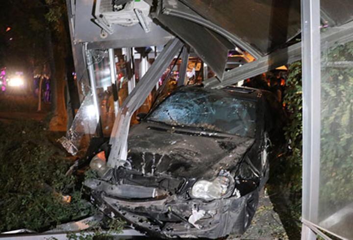 Isparta'da otomobil durağa girdi: Yaralılar var