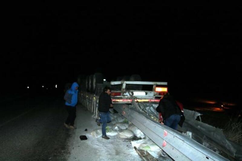 Tendürek Dağı'nda TIR ikiye bölündü: 1 ölü