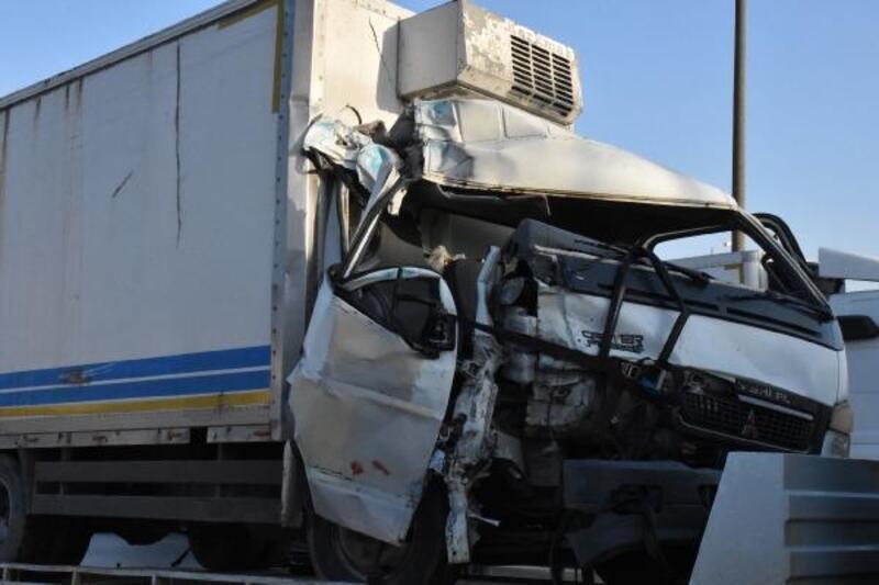 Kamyonet duraktaki özel halk otobüsüne çarptı: 2 yaralı