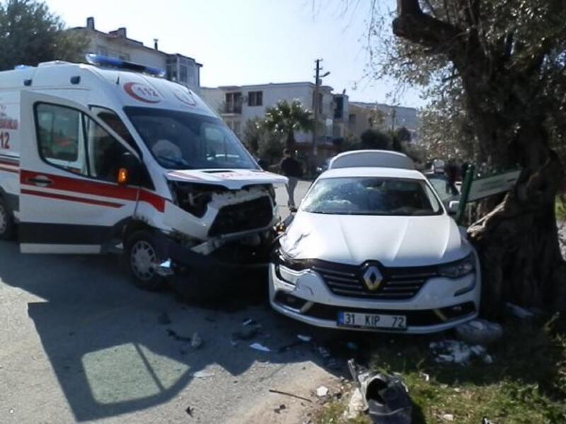 Kavşakta ambulansla otomobil çarpıştı: 2'si çocuk 6 yaralı
