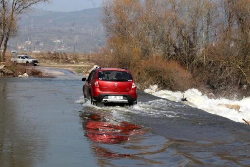 Baraj kapakları açıldı, köprü su altında kaldı