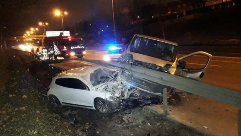 Esenler'de kaza yapan araçlar bariyerlere girdi