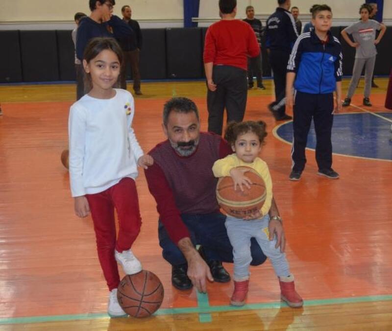 Kahta'da aileler spor salonunda vakit geçiriyor